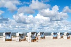 在海滩的海滩篮子叙尔特岛 库存图片