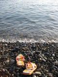 在海滩的海滩鞋子 图库摄影