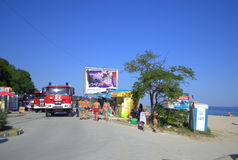 在海滩的消防车 库存图片