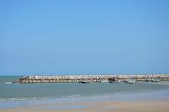 在海滩的渔场小船 免版税库存图片