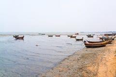 在海滩的渔夫小船 库存图片