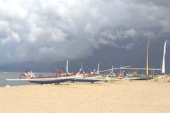 在海滩的渔船反对黑暗的天空 免版税库存图片