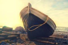 在海滩的渔船在日落 免版税图库摄影