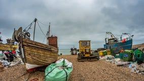 在海滩的渔船在海斯廷斯,英国 免版税库存图片