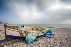 在海滩的渔船在Budleigh Salterton 免版税库存照片