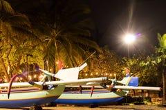 在海滩的渔船热带海岛巴厘岛在晚上,印度尼西亚 库存图片