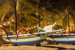 在海滩的渔船热带海岛巴厘岛在晚上,印度尼西亚 图库摄影