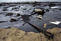 在海滩的漏油 免版税库存图片