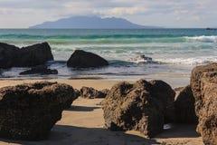 在海滩的火山岩在船锚海湾 免版税库存照片