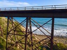 在海滩的火车支架 库存照片