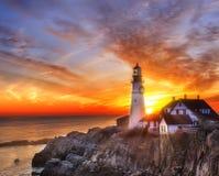 在海滩的灯塔在黎明 免版税图库摄影