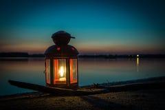 在海滩的灯笼在湖 免版税库存图片