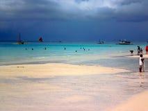 在海滩的灰色天空,博拉凯海岛,菲律宾,亚洲 免版税库存图片