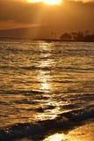 在海滩的热带日落在檀香山 图库摄影