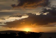 在海滩的热带日落在毛伊夏威夷 库存照片