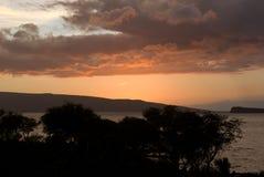 在海滩的热带日落在毛伊夏威夷 库存图片