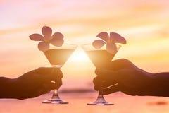 在海滩的热带鸡尾酒,夫妇 免版税库存照片