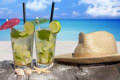 在海滩的热带Mojito鸡尾酒 库存照片