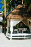 在海滩的热的夏日期间放松的遮阳伞 免版税图库摄影