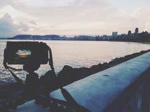 在海滩的照相机拍摄的日落 免版税库存照片