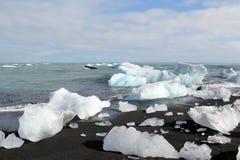 在海滩的熔化的冰山。 免版税库存照片