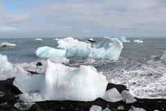在海滩的熔化的冰山。 免版税图库摄影