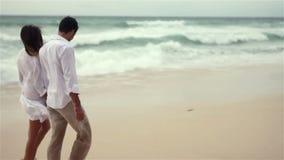 在海滩的爱恋的夫妇在慢动作