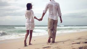 在海滩的爱恋的夫妇在慢动作 股票录像