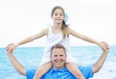在海滩的父亲和女儿画象 免版税库存图片