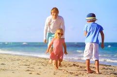 在海滩的父亲和孩子戏剧 免版税图库摄影