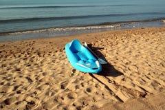 在海滩的独木舟 库存照片