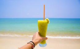 在海滩的猕猴桃鸡尾酒 免版税图库摄影