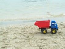 在海滩的玩具汽车 库存照片