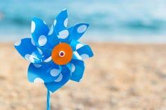 在海滩的玩具风车 库存图片