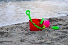 在海滩的玩具 图库摄影