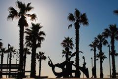 在海滩的现代建筑学巴塞罗那,游泳的敬意雕塑 免版税库存图片