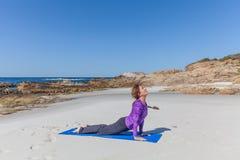 在海滩的瑜伽在加利福尼亚 免版税图库摄影
