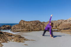在海滩的瑜伽实践 免版税图库摄影
