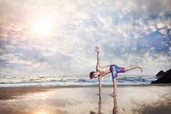 在海滩的瑜伽 库存图片