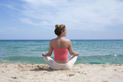 在海滩的瑜伽 免版税库存照片