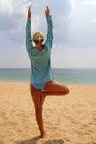 在海滨的瑜伽 库存图片
