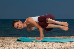 在海滩的瑜伽 图库摄影