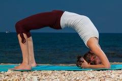 在海滩的瑜伽 库存照片