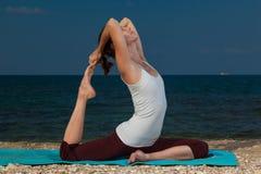 在海滩的瑜伽 免版税库存图片