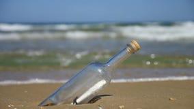 在海滩的瓶 股票录像