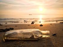 在海滩的瓶 免版税库存照片