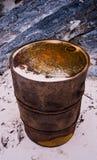 在海滩的生锈的油桶 库存图片