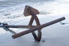 在海滩的生锈的船锚 库存照片