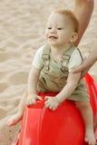 在海滩的男婴使用/摇摆 图库摄影