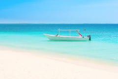 在海滩的白色小船 库存照片